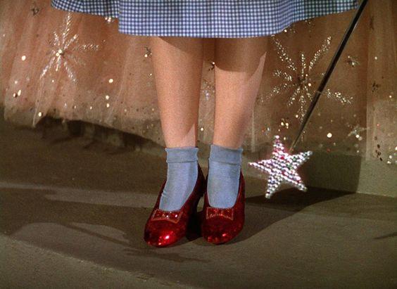 Os clássicos sapatinhos vermelho de rubi de Dorothy, em O Mágico de Oz